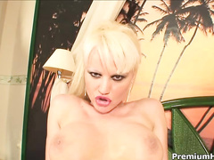 Freaky blonde bitch Elizabeth Tyler blows like pro